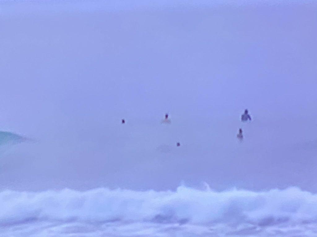 Surfistas desafían oleaje provocado por tormenta Isaías en Güibia