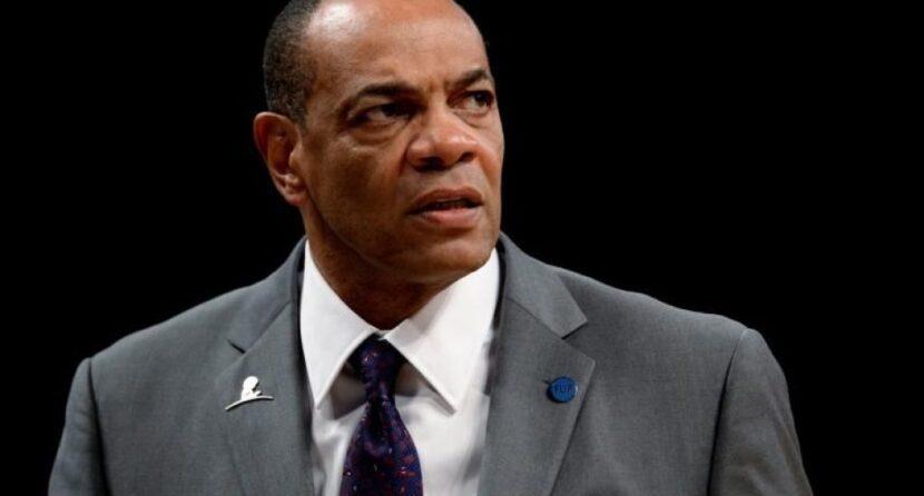 """Entrenador asistente de los Lakers no viajará a Orlando por ser """"una persona de mayor riesgo"""""""