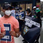 Comerciantes y residentes dominicanos apoyan al NYPD en manifestación frente a cuartel en el Alto Manhattan