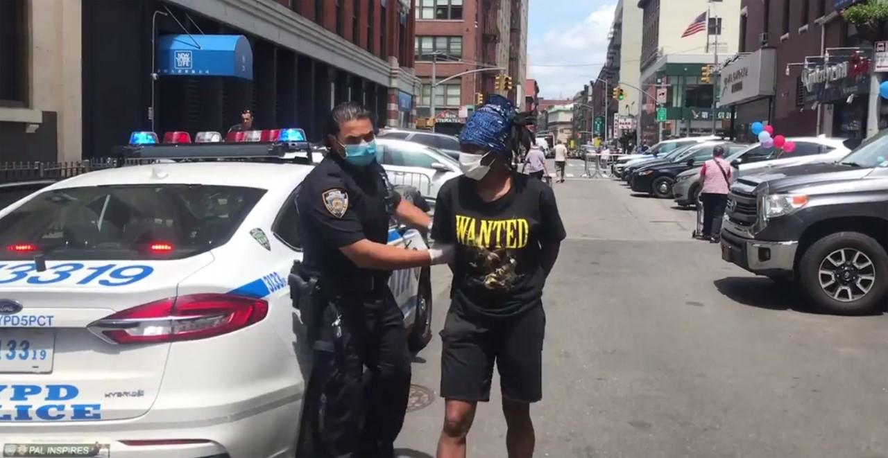 Una anarquista dominicana acusada por golpear policías en manifestaciones anti raciales