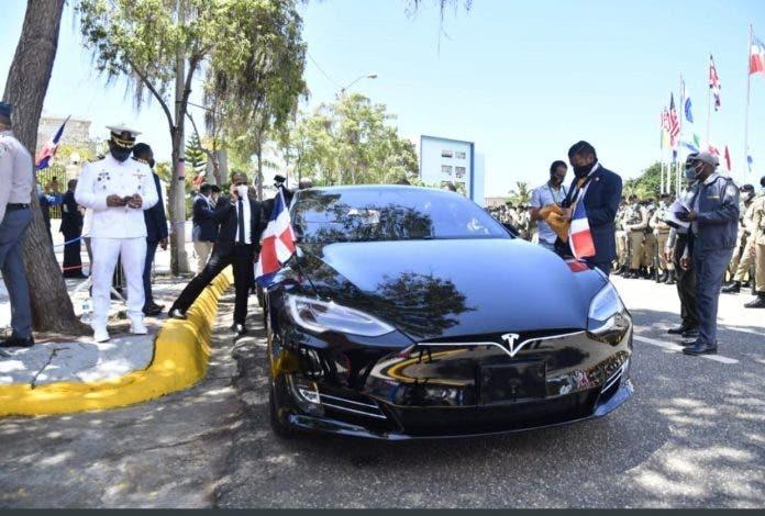 Elon Musk honrado por Abinader haber usado un Tesla para llegar al Congreso