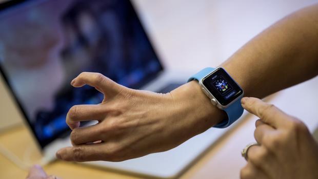 Apple registra una patente para que sus futuros «gadgets» usen luz ultravioleta para mantenerse limpios