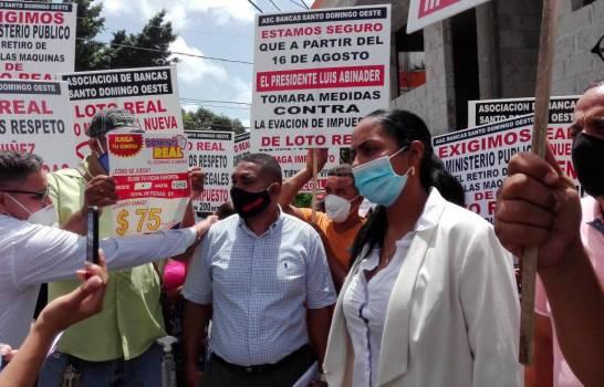 Dueños de bancas de lotería protestan contra proliferación de negocios ilegales