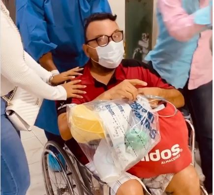 Dan el alta médica a paciente recuperado de COVID-19 en Centro Médico Dominico Cubano