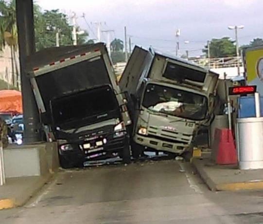 Dos camiones chocan al intentar entrar al mismo tiempo a un carril del peaje Autopista Duarte