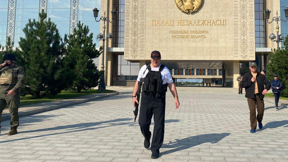 El presidente de Bielorrusia vuelve a aparecer con un fusil en su residencia durante una protesta de la oposición