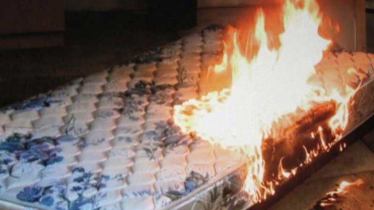 Hombre intenta agredir a su madre y hermana, destruyó ajuares y quemó un colchón