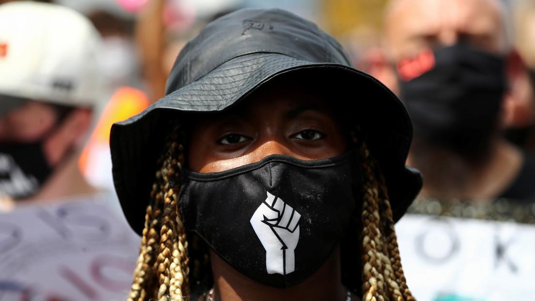 Una mujer negra trolea a los racistas con una campaña de recaudación de fondos para que le paguen el viaje a su país