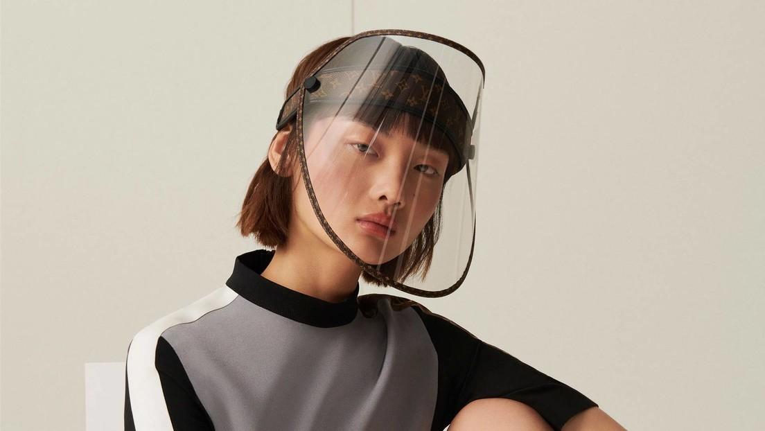 Louis Vuitton venderá protectores faciales de lujo con su reconocible monograma y tachuelas doradas en medio de la pandemia.