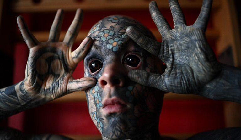 Las fotos del hombre más tatuado de Francia, con tinta en la lengua y hasta en las ojos