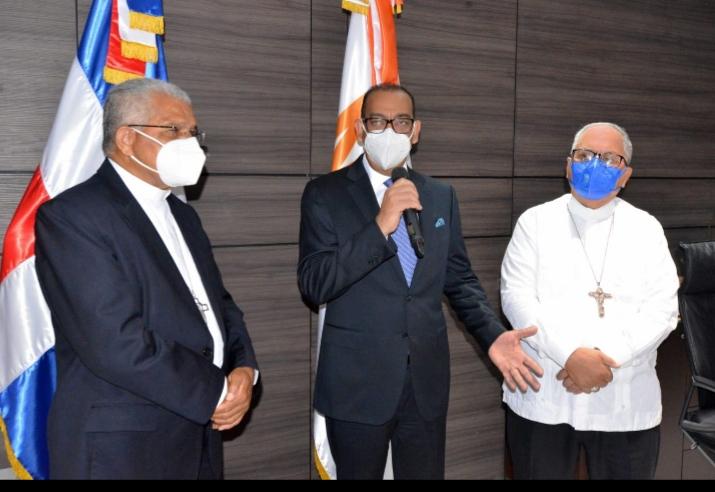 Arzobispo Ozoria y Obispo Benito Ángeles visitan al ministro de Obras Pública, Deligne Ascención.
