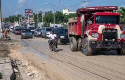 Tramo deteriorado de avenida Charles de Gaulle causa taponamientos