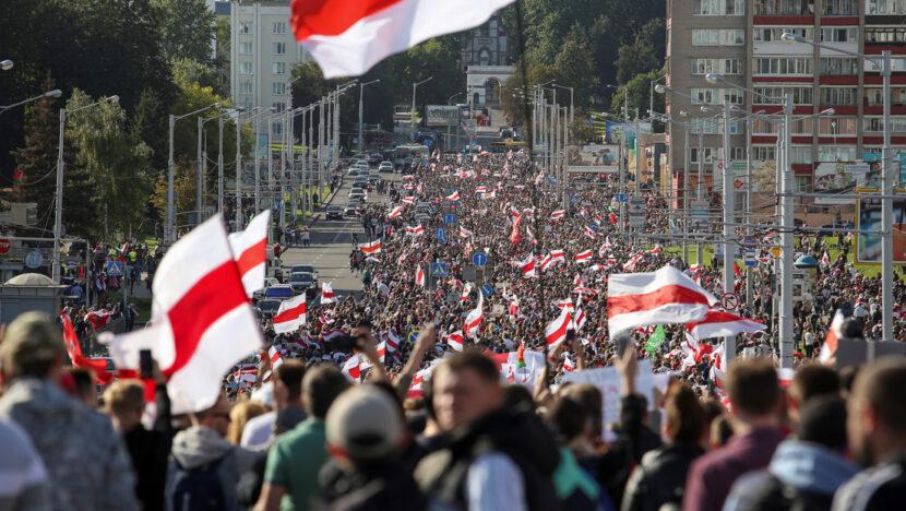 Decenas de miles de personas vuelven a las calles para protestar contra Lukashenko en Minsk