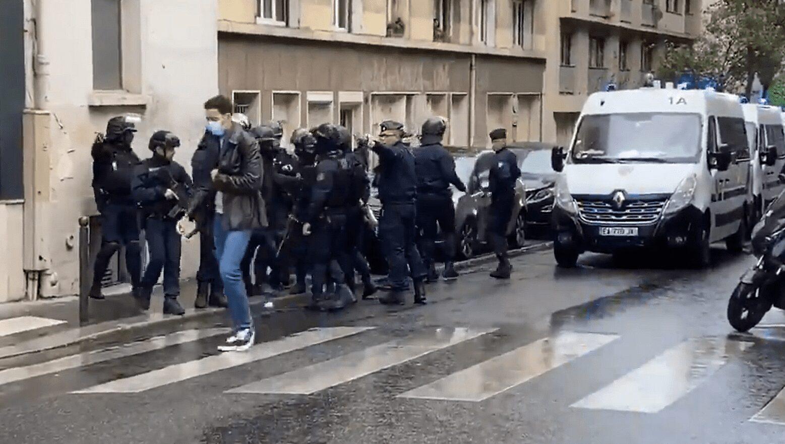 Ministro del Interior de Francia califica de atentado terrorista el ataque cerca de las antiguas oficinas de la revista Charlie Hebdo en París