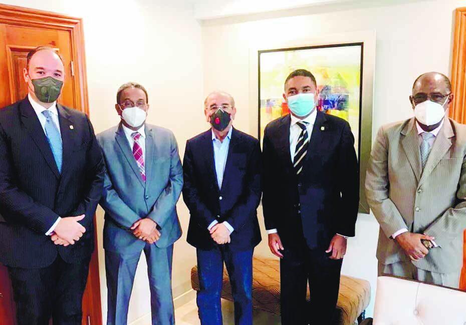 Danilo Medina se reúne con los senadores del PLD