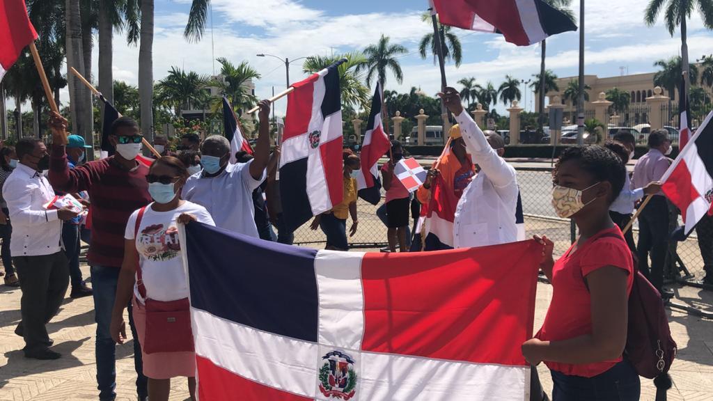 """""""Patriotas"""" protestan frente a Palacio tras funcionaria promover símbolos LGBT"""