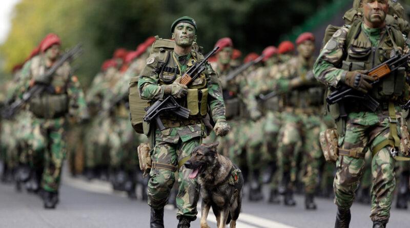 """Portugal prohíbe entre sus militares expresiones como """"pareces una niña"""" o """"pórtate como un hombre"""""""