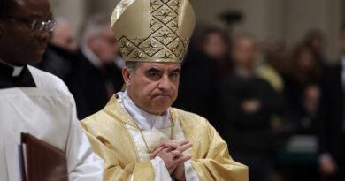 Uno de los cardenales más poderosos del Vaticano es acusado de malversar miles de dólares y renuncia pese a negar su culpabilidad