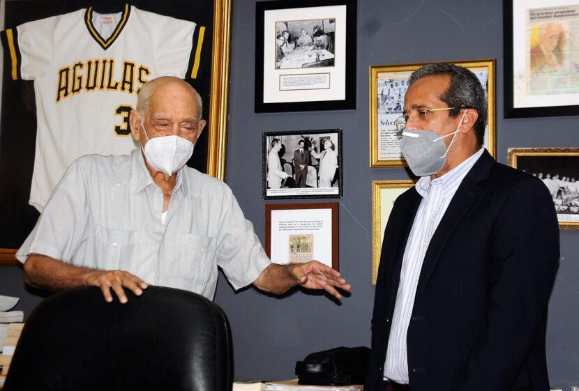 Viceministro de desarrollo deportivo región norte, licenciado Juan Vila Reinoso visita al deportista Reynaldo -Papi- Bisonó