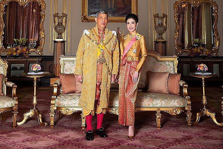 """El rey de Tailandia perdonó a la concubina real que encarceló por """"ambiciosa"""" y la incorporó de nuevo a su harén de 20 mujeres"""