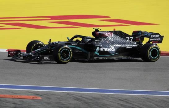 Bottas lidera un movido primer entrenamiento con accidentes de Sainz y Latifi