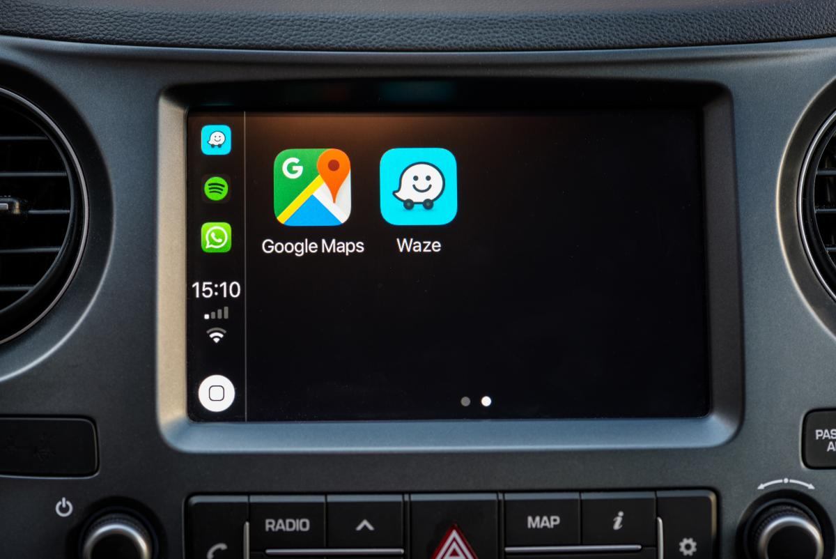 La DGT quiere que Waze y Google Maps dejen de avisar dónde están los radares y controles policiales