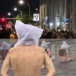 Manifestantes desnudos y con capuchas protestan frente al cuartel general de Rochester contra asesinato de Prude