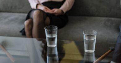 Condenan a un hombre por eyacular en las botellas de agua de su compañera de trabajo y dejar semen en su comida