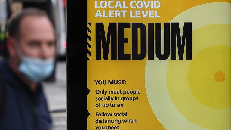 ALERTA: Londres elevó su nivel de alerta y prohibirá las reuniones sociales bajo techo para contener el nuevo avance del coronavirus
