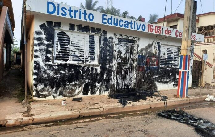 ATENCION :Dirigentes PRM pintan de negro local de Distrito Educativo 16-03 de Cevico