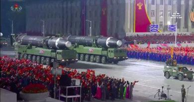 Corea del Norte presenta un nuevo misil balístico intercontinental durante su gran y poco común desfile militar