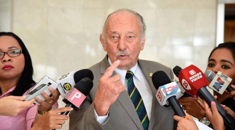 Fidelio Despradel denuncia regidor del PRM invade área verde en SDE
