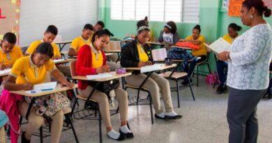 ATENCIÓN: Gobierno estudia impartir clases presenciales con permiso de los padres