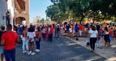 Arman fiestón en el parque Duarte, mientras la Policía se queja de que la gente no hace caso