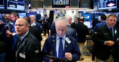 Wall Street cierra mixto y el Dow Jones baja 0.1% por incertidumbre política