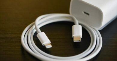 FACUA pide cambiar la normativa para impedir que Apple venda sus iPhone sin el cargador