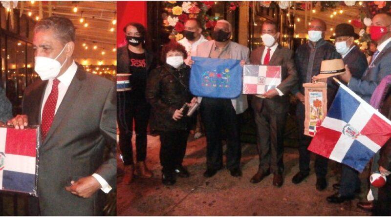 Espaillat recibe la bandera en reconocimiento y se define como el portero del liderazgo emergente