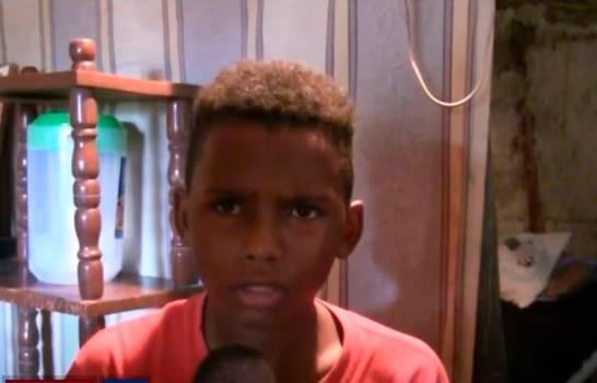 ¡Algo conmovedor! Niño de 13 años vive solo en una casa encima de un árbol