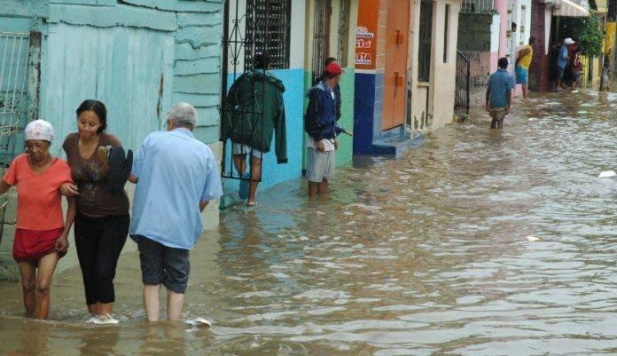 Más de mil desplazados y 19 provincias en alerta