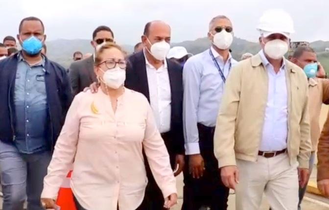 Administrador de EGEHID Rafael Salazar y gobernadora Rosa Santos supervisan funcionamiento Presa de Tavera