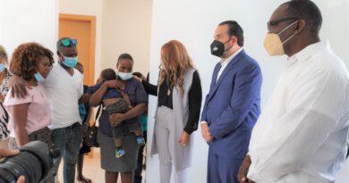 Alcalde de Los Alcarrizos entrega vivienda prometida por presidente Abinader a familia de niña ultimada en asalto