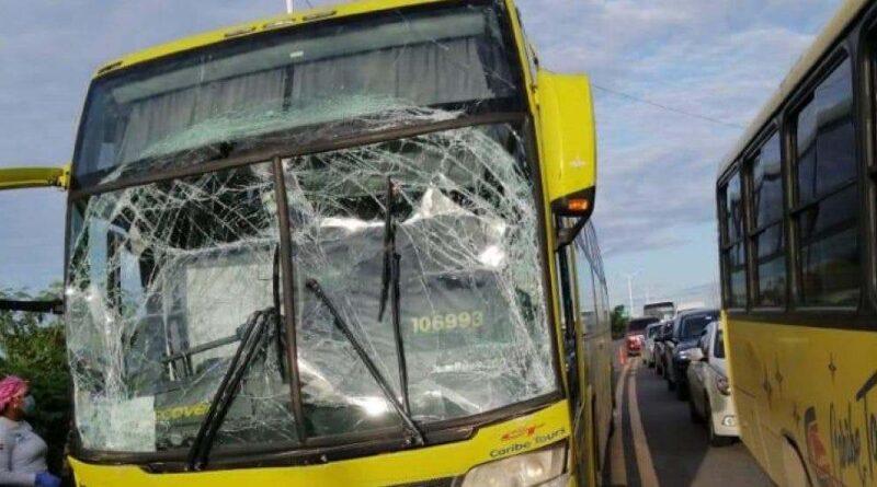 Chocan dos autobuses de Caribe Tours en autopista Las América