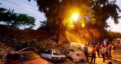 """Se derrumba el """"Muro de la Vergüenza"""" en Villa Duarte y aplasta cuatro vehículos golpeado por un camión del ASDE"""