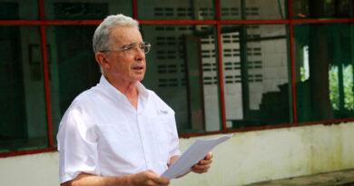 Un juez colombiano decide que Uribe siga en libertad mientras avanza el caso por presuntos sobornos a testigos