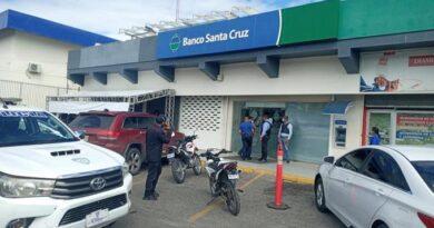 Asaltan sucursal de Banco Santa Cruz en Santiago