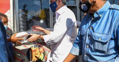 Luis Abinader reparte comida de los Comedores Económicos en Azua