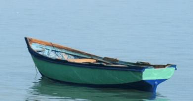 Rescatan 2 pescadores al naufragar su yola