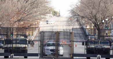 Arrestan a otro hombre armado y a una mujer en centro blindado de Washington