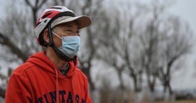 """El régimen de Xi Jinping silencia a los familiares de los muertos por covid-19 durante la visita de la OMS a China: """"Las autoridades están muy nerviosas"""""""