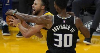 Curry anota 30 puntos y los Warriors aplastan a Kings